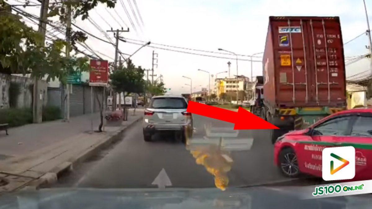 รถบรรทุกก็ตีวงจะถอยเข้าบริษัท ส่วนแท็กซี่ปาดออกมาแต่ไม่มองให้ดี