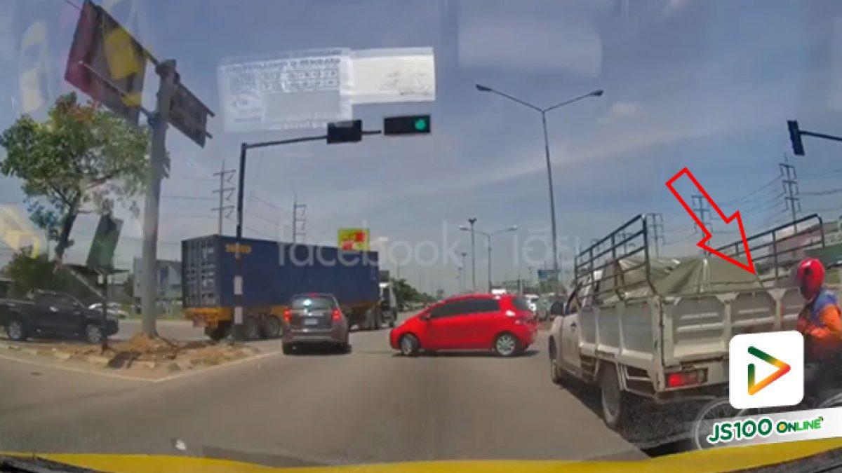 คลิปจยย.ชนท้ายกับรถบรรทุกสี่ล้อเพราะโดนเก๋งอีกคันกลับรถตัดหน้ากระทันหัน (17-07-62)