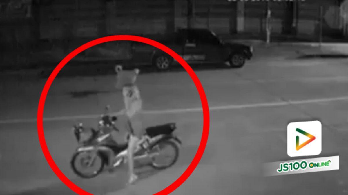 อยู่ๆ ก็จอดรถกลางถนนคุยโทรศัพท์..สุดท้ายโดนชน!! (25-03-61)