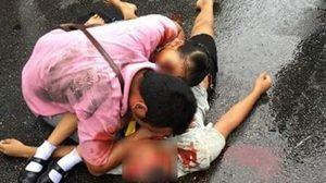 ภาพสลด พ่อโอบกอดร่างลูก-เมีย หลังถูกรถทับเสียชีวิตกลางถนน
