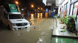 พายุฝนถล่มเมืองนครพนม ทำน้ำท่วมขังหลายจุด สูงสุด 50 ซม.