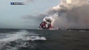 """หินร้อนจากภูเขาไฟ """"คิลาเว""""ในฮาวาย ตกใส่เรือนำเที่ยวเจ็บ23ราย"""