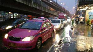 ฝนถล่มกทม. เกิดน้ำท่วมขัง รถติดขัดหนัก! ห้าแยกลาดพร้าวจราจรหยุดนิ่ง