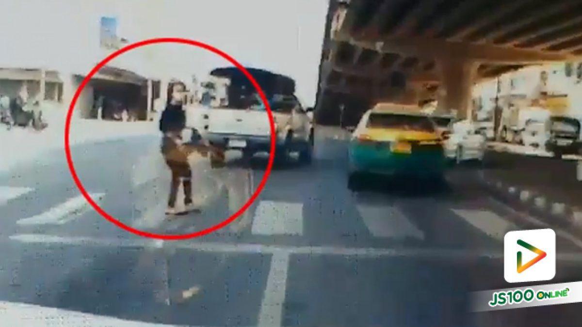หวิดชน! หญิงข้ามถนนโดยไม่ดูสัญญาญไฟ โชคดีที่หยุดทัน (25-05-61)