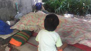 ชาวบ้านสุดเวทนาหนูวัย 3 ขวบ นั่งเฝ้าศพแม่ พยายามปลุกให้ตื่น