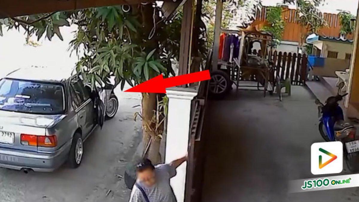 หญิงลงจากรถปิดประตูบ้าน รถไหลถอยมาทับ เคราะห์ดีเพื่อนบ้านช่วยทัน