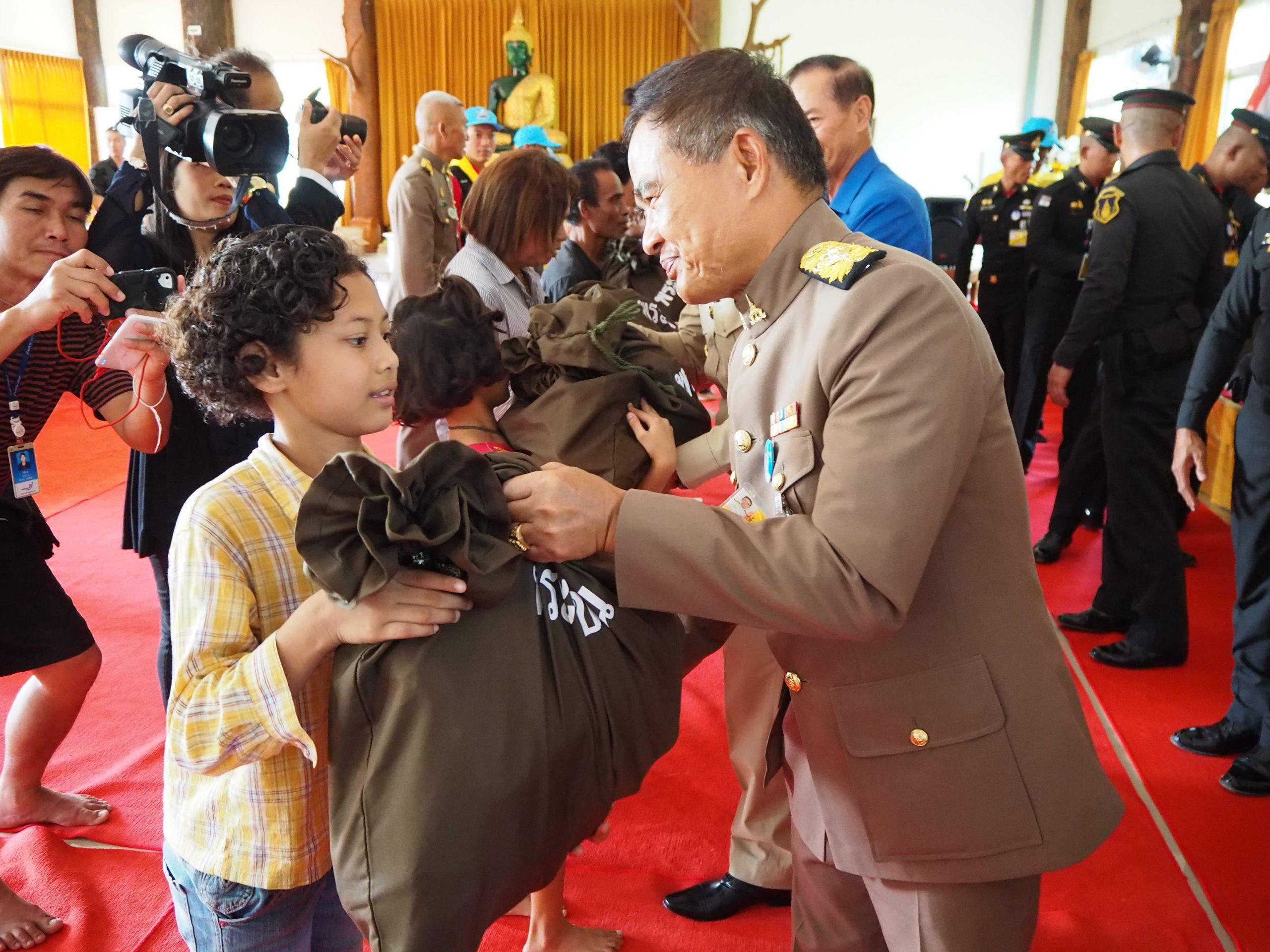 สมเด็จพระเจ้าอยู่หัว โปรดเกล้าฯให้องคมนตรี เชิญถุงพระราชทานมอบแก่ผู้ประสบวาตภัย