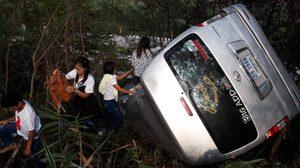 รถตู้นักท่องเที่ยวลงเขา ภูทับเบิก เบรคไหม้แหกโค้งพุ่งตกเนินเขาเจ็บ 13 ราย