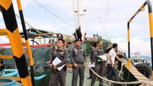 ตำรวจน้ำ บุกยึดน้ำมันเถื่อนกว่า 6 หมื่นลิตร ขณะขนถ่ายกลางทะเล
