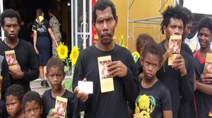 ชาวชนเผ่าซาไกสวมชุดดำเข้าร่วมถวายดอกไม้จันทน์