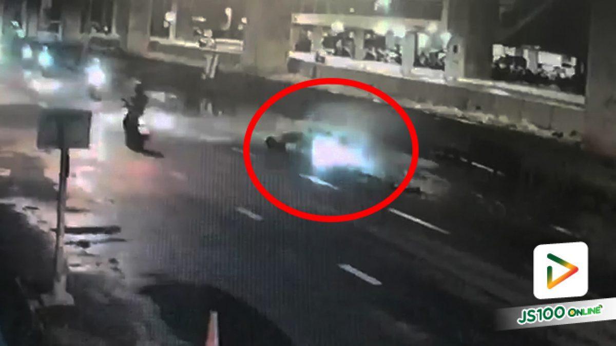 จยย.ขับตกหลุมมีน้ำขังบนถ.กำแพงเพชร 7  คนขับกลิ้งไปบนถนนบาดเจ็บ  (09-07-62)