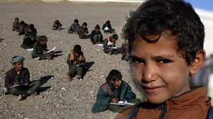 เด็กชาวเยเมนเรียนหนังสือ ในโรงเรียน ที่เหลือเพียงเศษซาก