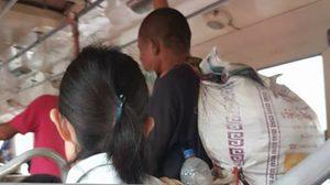 คนแบบนี้ต้องชื่นชม !!  หนุ่มแต่งกายมอมแมม ลุกสละที่นั่งบนรถเมล์ให้คนแก่
