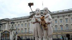 ชาวลอนดอนอมยิ้ม! เด็กแฝดจาก Miss Peregrine's Home for Peculiar Children เดินเล่นทั่วลอนดอน
