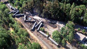 นักอนุรักษ์จวกยับ รถไฟบรรทุกน้ำมันตกราง ทำน้ำมันไหลลงแม่น้ำ