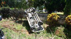 ปาฏิหาริย์ !! รถกระบะคว่ำล้อชี้ฟ้า คนขับ-ผู้โดยสารรอดแค่บาดเจ็บ