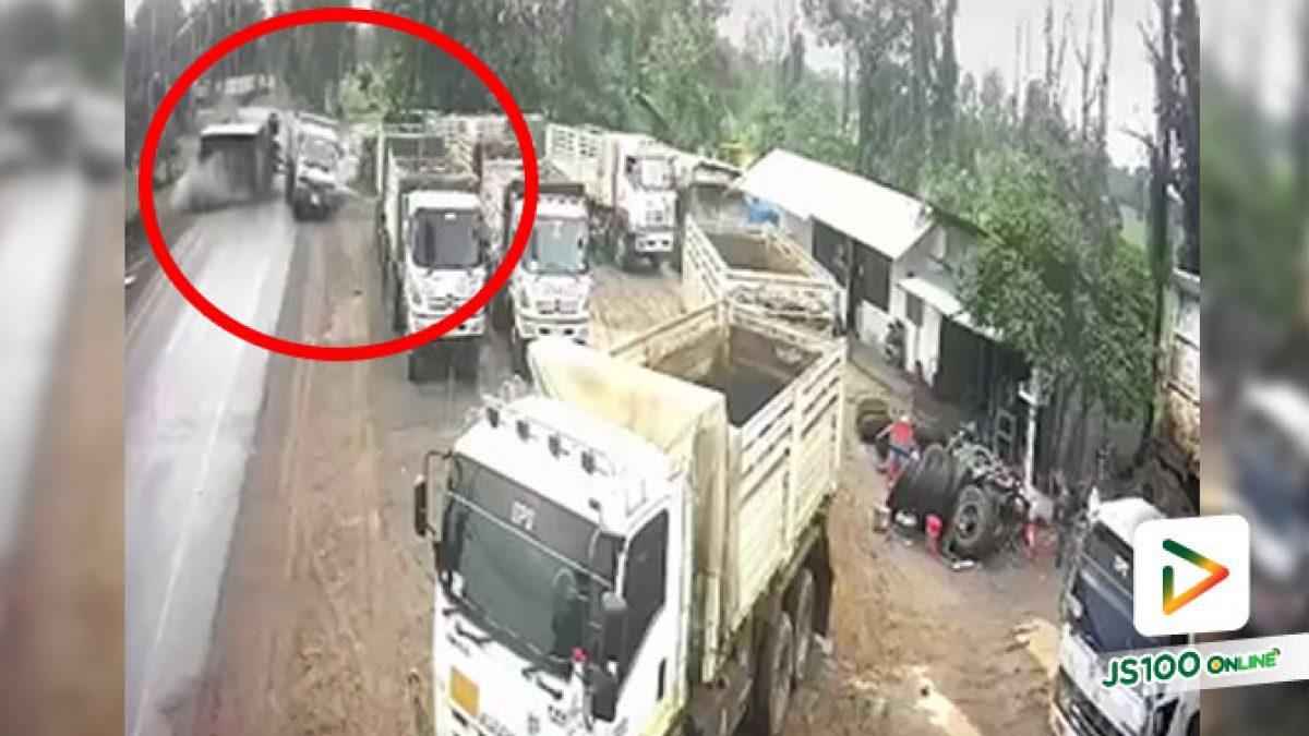 รถบรรทุกมาไวหลุดโค้ง ตัวพ่วงพลิกตะแคงชนรถบรรทุกที่จอดอยู่