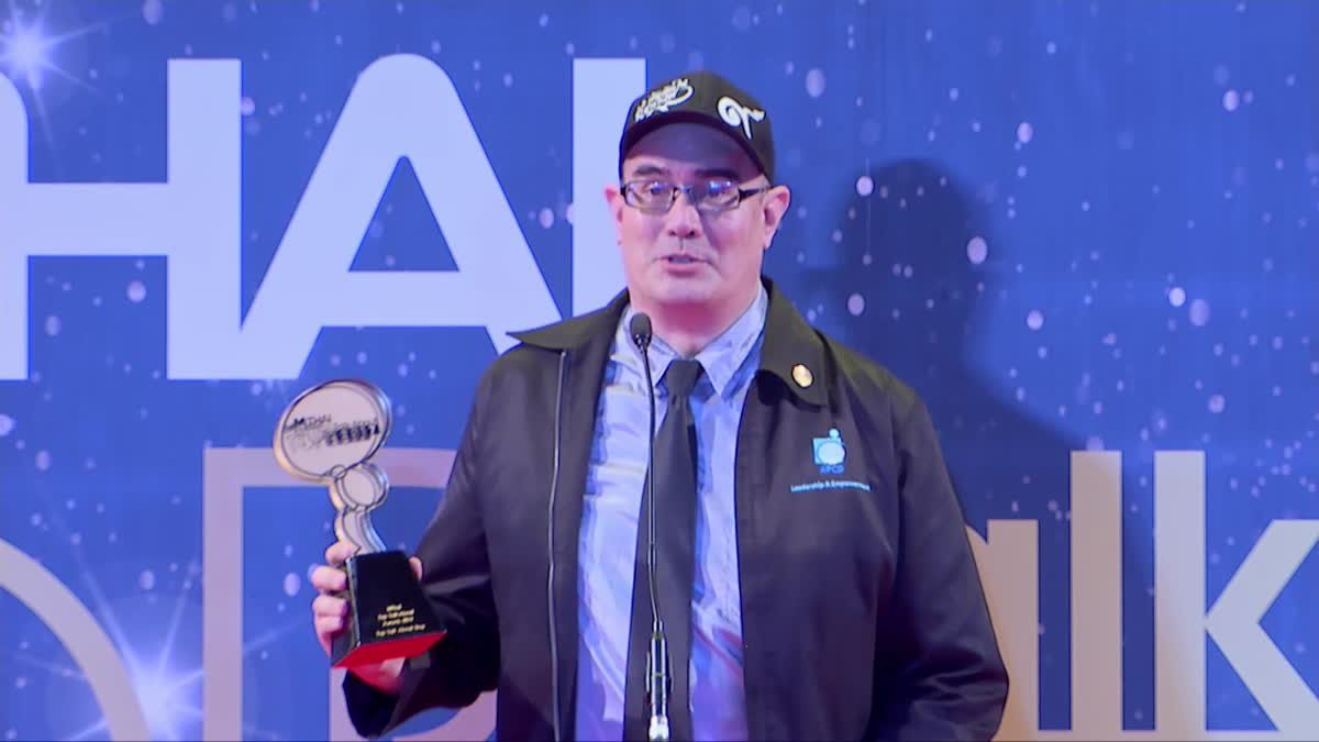 คริสโตเฟอร์ เบญจกุล รับรางวัล Top Talk About Guy 2017