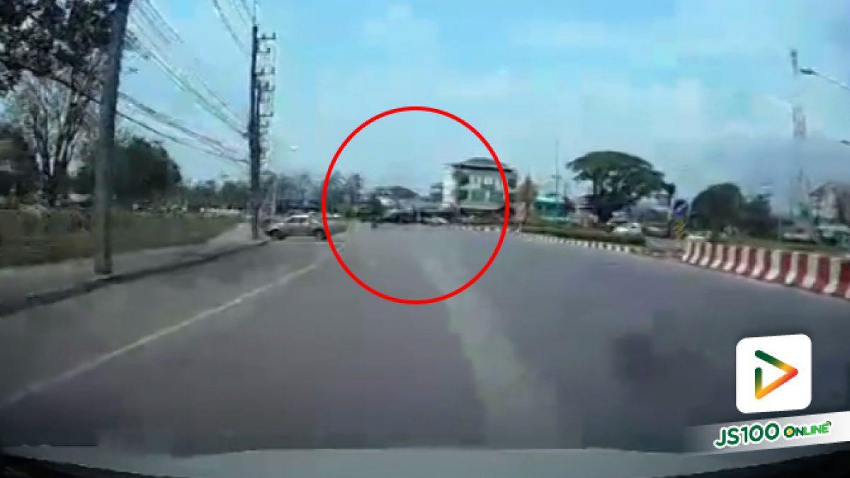คลิปคนข้ามถนนแบบนี้อันตรายจัง (27-03-61)