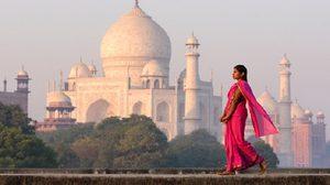 40 + 2 Coolest Poses People Made with Taj Mahal