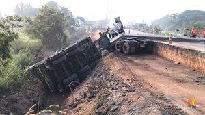 รถบรรทุกพ่วงตกถนนอยุธยา ฟาดเสาไฟฟ้าหักระเนระนาด ทำไฟดับทั้งตำบล