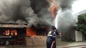 ไฟไหม้ ! บ้านประชาชน 3 หลัง ใกล้กับจวน ผู้ว่าฯ กำแพงเพชร