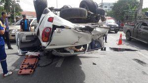 รถปิคอัพหักหลบรถบรรทุก ข้ามเกาะกลางพลิกตะแคง เสียชีวิต 2 ราย