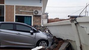 สาวโอด! กำแพงรั้วโครงการล้มทับบ้าน-รถพังยับ หวั่นไม่รับผิดชอบ
