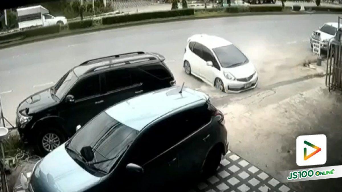 เก๋งเสียหลักขวางลำ พุ่งชนรถจอดหน้าร้านฟิลม์รถยนต์ หญิงคนขับเสียชีวิต (05/10/2019)