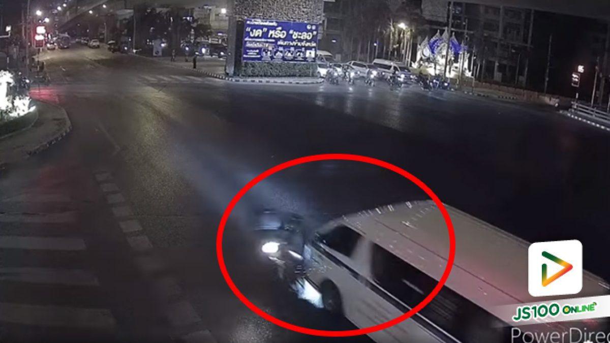 ต่างฝ่ายต่างฝ่าไฟแดง รถตู้ชนจยย.ล้มร่างกระเด็น.. (23/02/2021)