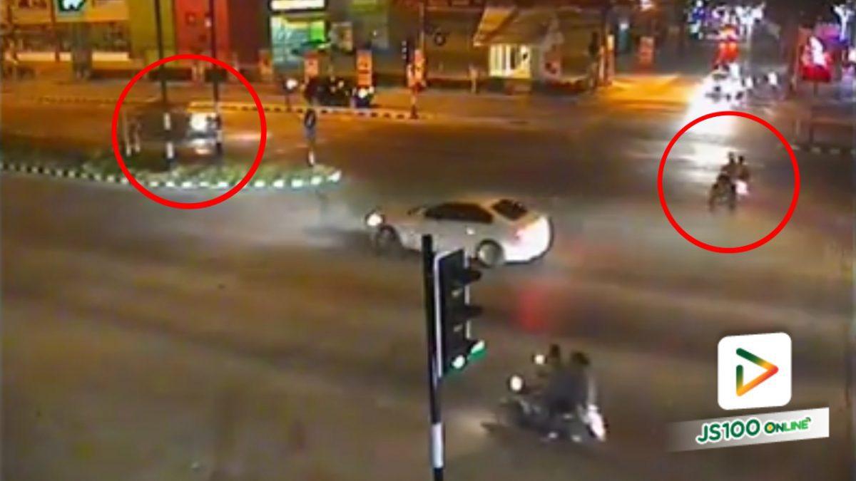 รถกระบะชนกับรถจยย. บริเวณแยกศรีทรายมูล จ.เชียงราย (23-03-61)
