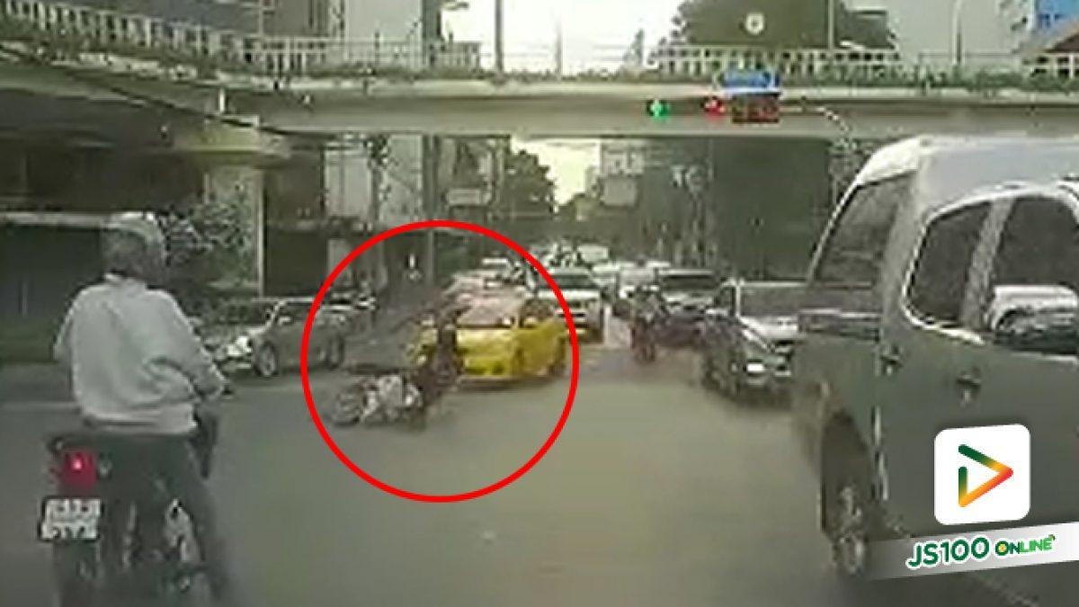 แท็กซี่เปลี่ยนเลนกระทันหัน ปาดชนรถจยย.ล้มบาดเจ็บ ที่แยกกษัตริย์ศึก (09-05-2561)