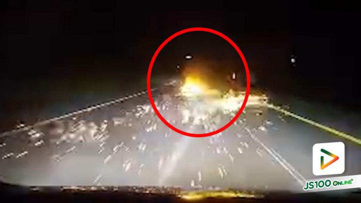 ปิคอัพยางระเบิดเกิดไฟลุกไหม้ คนขับมีสติประคองเข้าข้างทาง