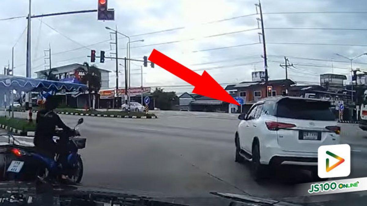 ขี้เกียจรอ + เห็นถนนโล่ง เลยฝ่าไฟแดงตัดหน้าคันอื่นนิดหน่อย
