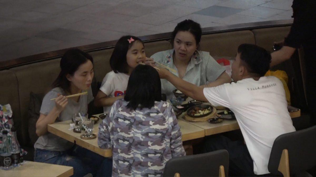 ส่องความน่ารักของ เสนาลิง เคลียร์คิวพาครอบครัวกินข้าว