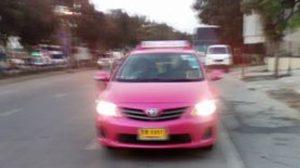 สาวโวย เจอแท็กซี่ไล่ลงกลางทาง เร่งเครื่องชนตอนถ่ายรูปทะเบียน