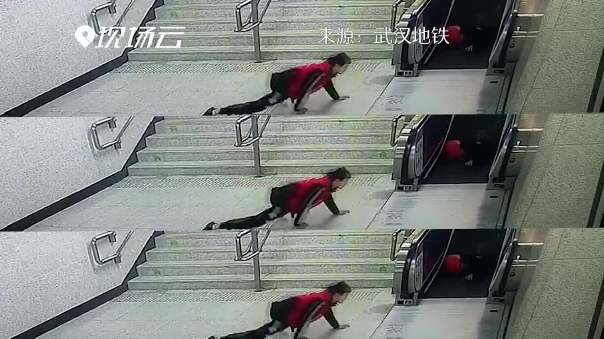 ชมคลิปนาทีอาสาสมัครรถไฟจีน พุ่งสุดตัวช่วยคนตกบันไดจนบาดเจ็บ