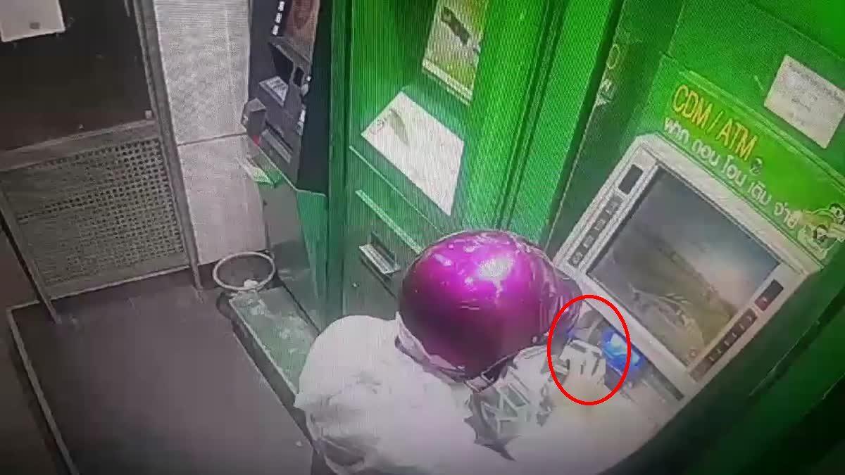 นาทีที่คนร้ายวางระเบิดตู้เอทีเอ็ม ธนาคารกสิกรไทย สาขาปัตตานี  ก่อนจะหลบหนีไป
