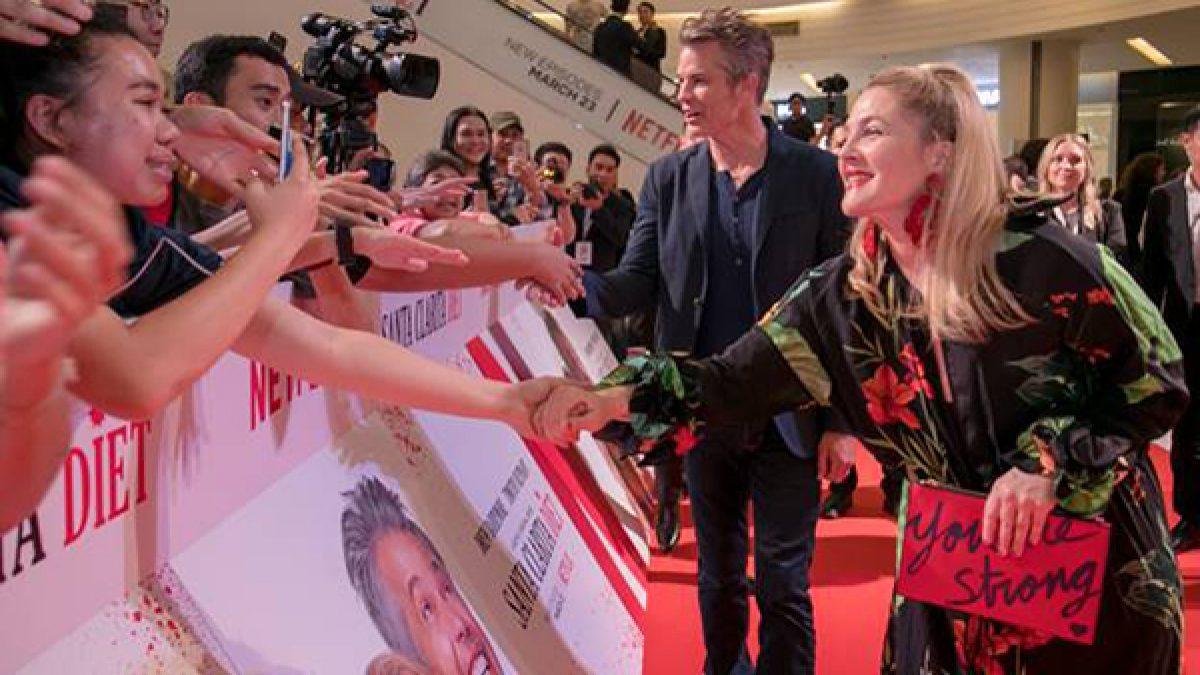 กรี๊ดหนักมาก!! แฟนชาวไทยแห่ต้อนรับซุปตาร์ฮอลลีวูด ดรูว์ แบร์รีมอร์-ทิโมธี โอลิแฟนท์