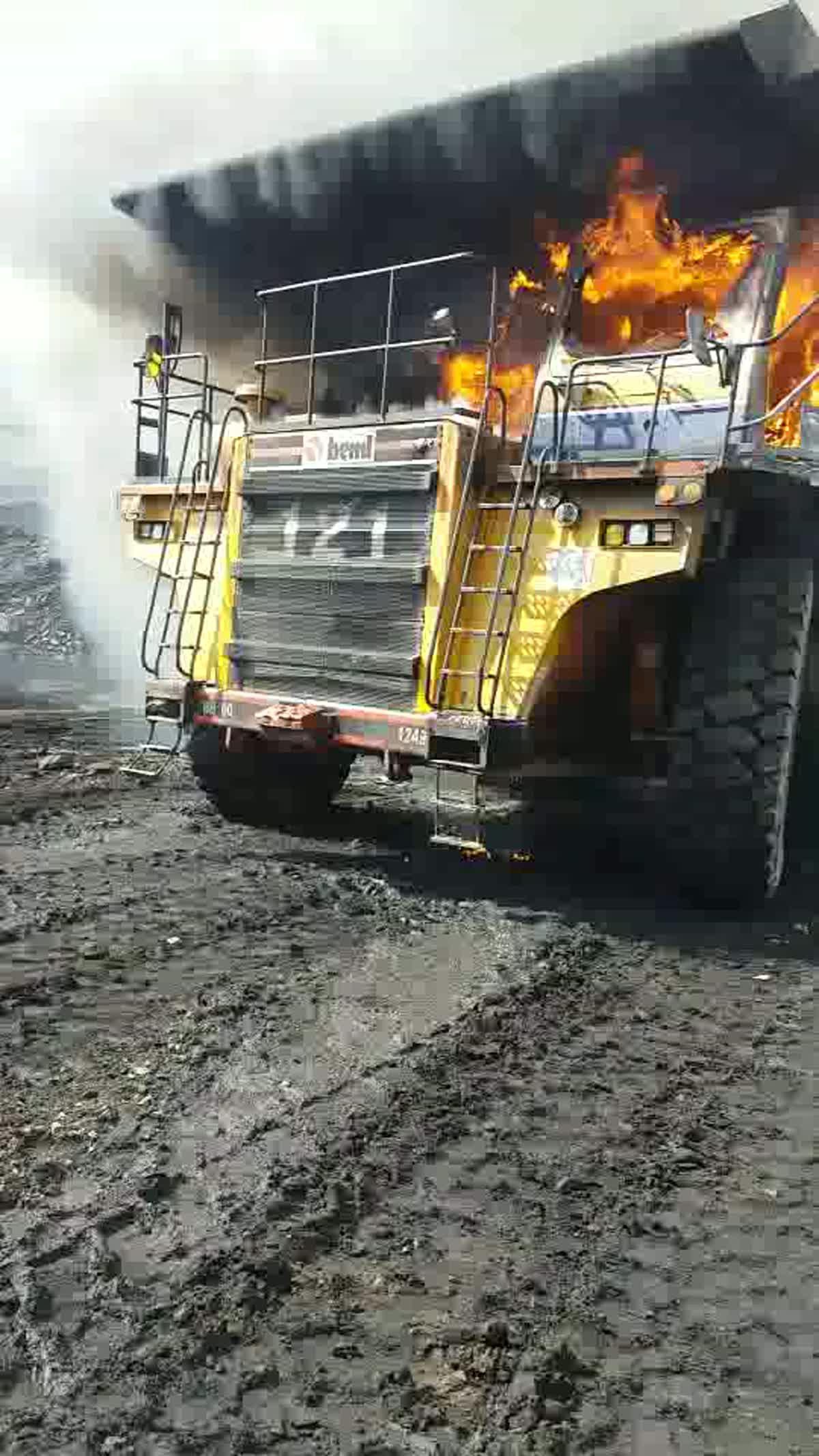 ไฟไหม้รถยักษ์ในเหมืองลิกไนต์ กฟผ.แม่เมาะ คนขับกระโดดหนีตาย