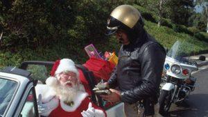 นายอำเภอมะกัน 'แจกเงินแทนใบสั่ง' ต้อนรับวัน′คริสต์มาส′