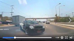 คลิปกระบะแต่งซิ่งไร้มารยาท ขับจี้ตูดคันอื่น จนเกิดหมุนกลางถนน !!