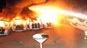 เพลิงเผาวอด 5 ลำ เรือสปีดโบ๊ทนำเที่ยว ทอดสมอริมหาดภูเก็ต