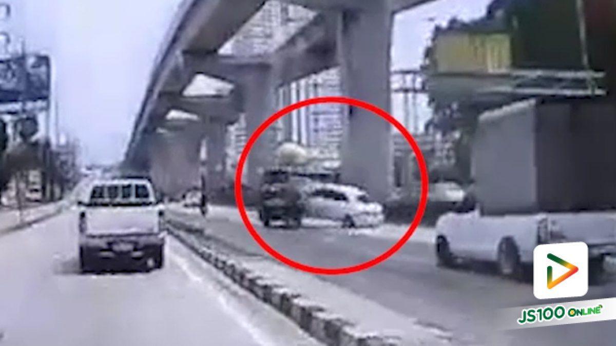 รถเก๋งขับลงสะพานด้วยความเร็วสูง พุ่งชนกับรถปิคอัพอย่างรุนแรง บริเวณเชิงทางลงสะพานนั่งเกล้า ถ.รัตนาธิเบศร์ (08-10-61)