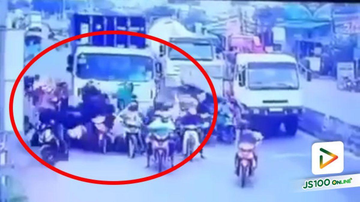รถบรรทุกเบรคแตก! เลือกหักขวาพุ่งชนกลุ่มจยย.จอดติดไฟแดง ที่ประเทศเวียดนาม
