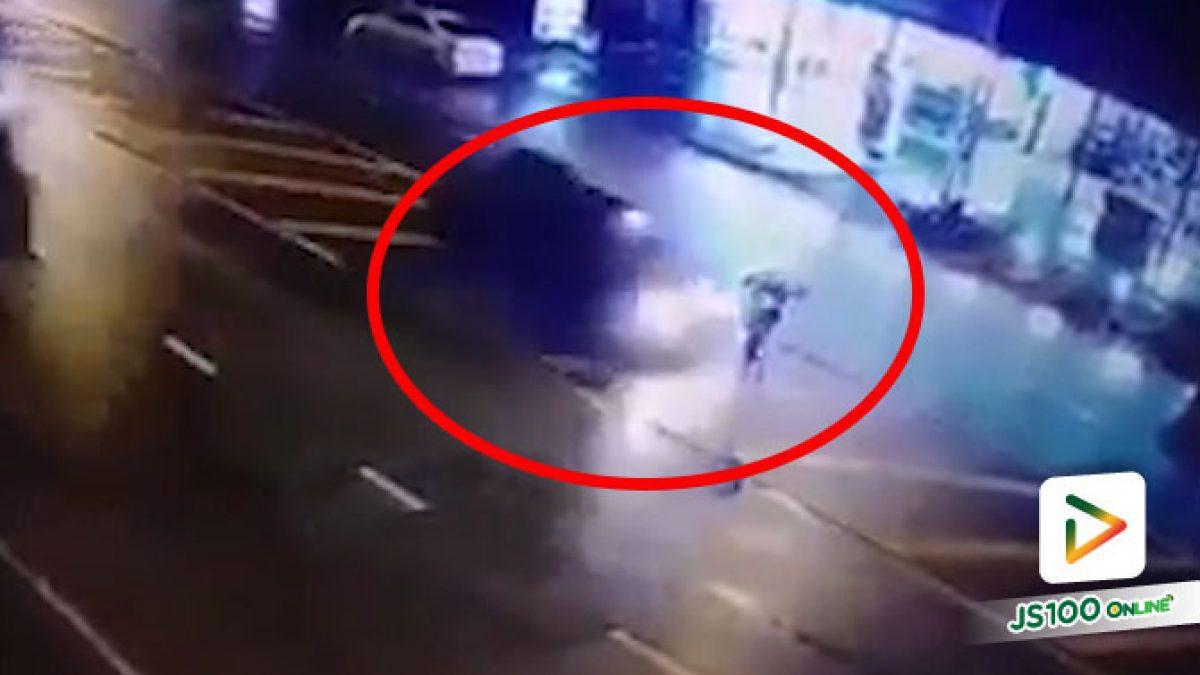 ปิคอัพขับทับเส้นเกาะกลางพุ่งชนสองแม่ลูกรอข้ามถนน แม่เสียชีวิต ก่อนหลบหนี (18/20/2020)