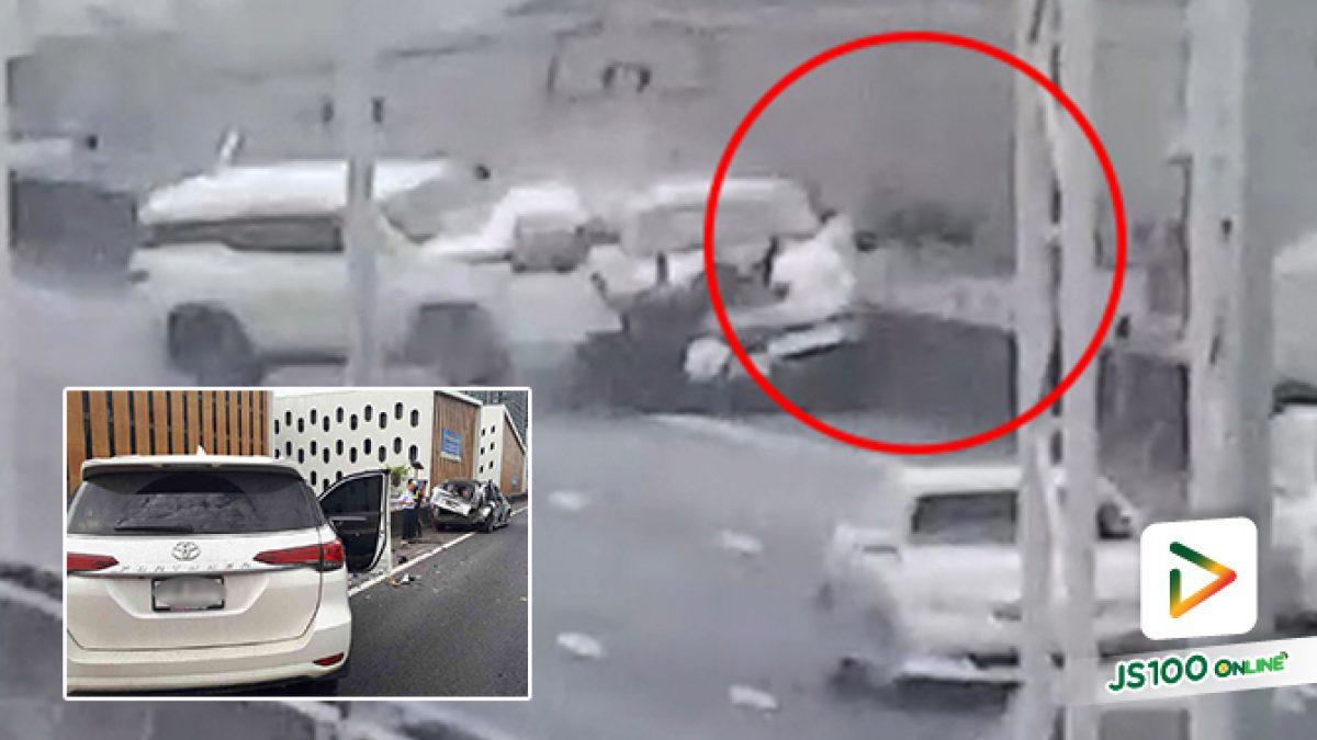 วินาทีรถฟอร์จูนเนอร์ พุ่งชนท้ายรถจอดเสียบนทางด่วน จนทำให้เจ้าของรถร่างลอยกระเด็นตกลงไปข้างล่างจนเสียชีวิต