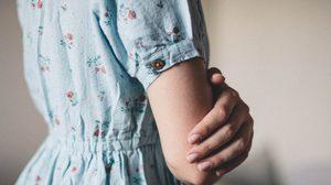 4 เคล็ดลับ วิธีกำจัดกลิ่นอับบนเสื้อผ้า