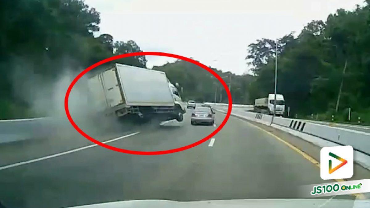 เข้าโค้งแล้วมาปาดกินเลน รถบรรทุกหักหลบเสียหลักพลิกตะแคง