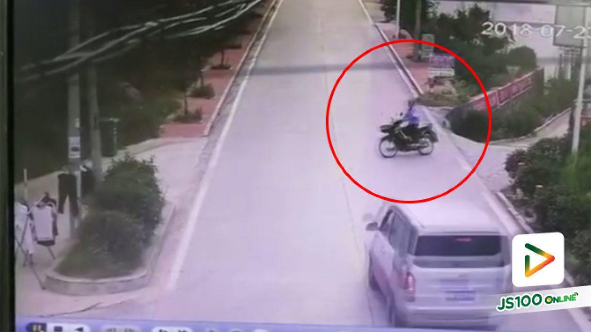 คลิปคุณลุงขับจยย.ไม่ทันระวังรถตู้ที่มาทางตรงทำให้รถตู้เสียหลักตกข้างทาง (31-07-61)